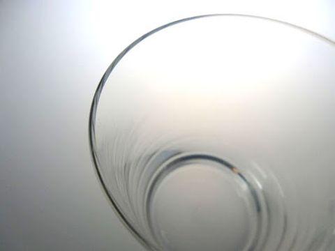バカラのロックグラス、ブリュンメルの薄さがわかる写真