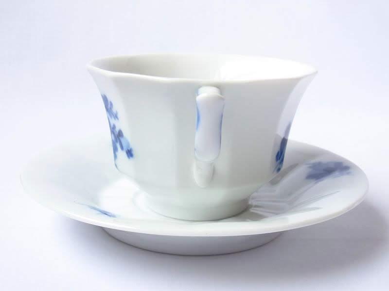 ロイヤルコペンハーゲンのブルーフラワーアンギュラーのコーヒーカップアンドソーサー取っ手